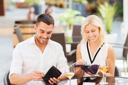 Szczęśliwa para płaci rachunek w restauracji