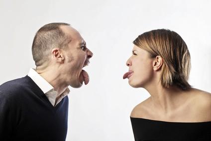 Kobieta i mężczyzna wystawiają do siebie język