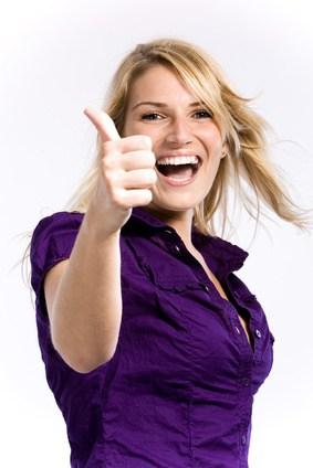 Szczęśliwa kobieta unosi kciuk do góry