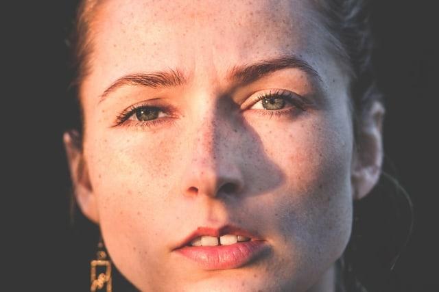 Kobieta z piegami na twarzy