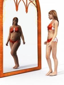 Atrakcyjna kobieta z zaburzonym obrazem swojego ciała, postrzega je jak w krzywym zwierciadle