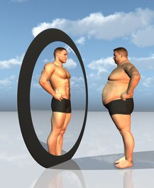 Otyły mężczyzna patrzy w lustro i widzi siebie jako atrakcyjnego