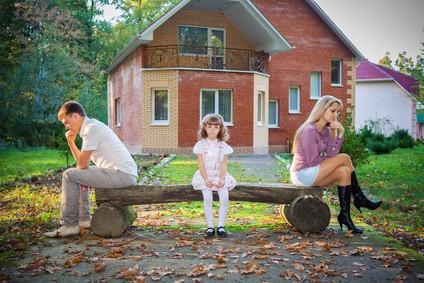 Gdy rozwiedzeni rodzice pozostają w konflikcie cierpią dzieci