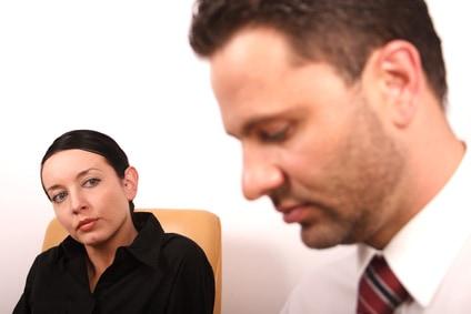 Małżeństwo rozmawia o asertywnym stawianiu granic