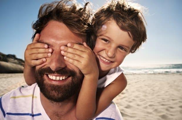mężczyzna - ojciec bawiący się z dzieckiem