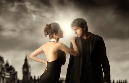 Kobieta i mężczyzna patrzą na siebie