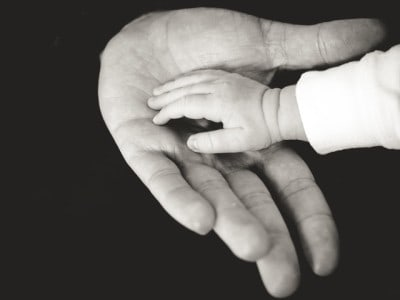 ręka dziecka i ojca