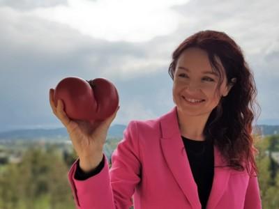 Joanna trzyma pomidor w kształcie serca