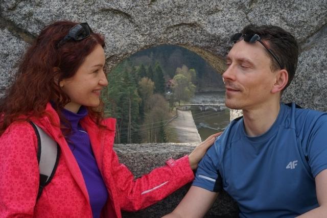 Joanna i Tomasz patrzą na siebie uśmiechnięci i szczęsliwi
