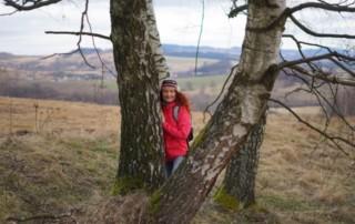 Joanna z ukochanymi brzózkami na drodze na Górę Szybowcową