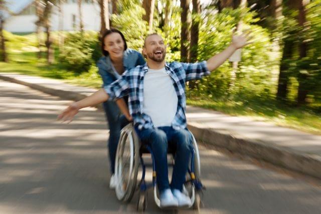 Szczęśliwa para, mężczyzna jest na wózku