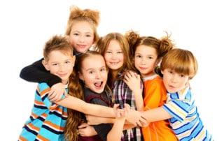 Grupa uśmiechniętych, szczęśliwych dzieci