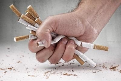 Niszczenie papierosów w ręce