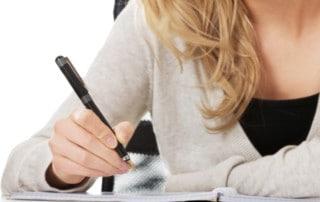 Kobieta pisze list